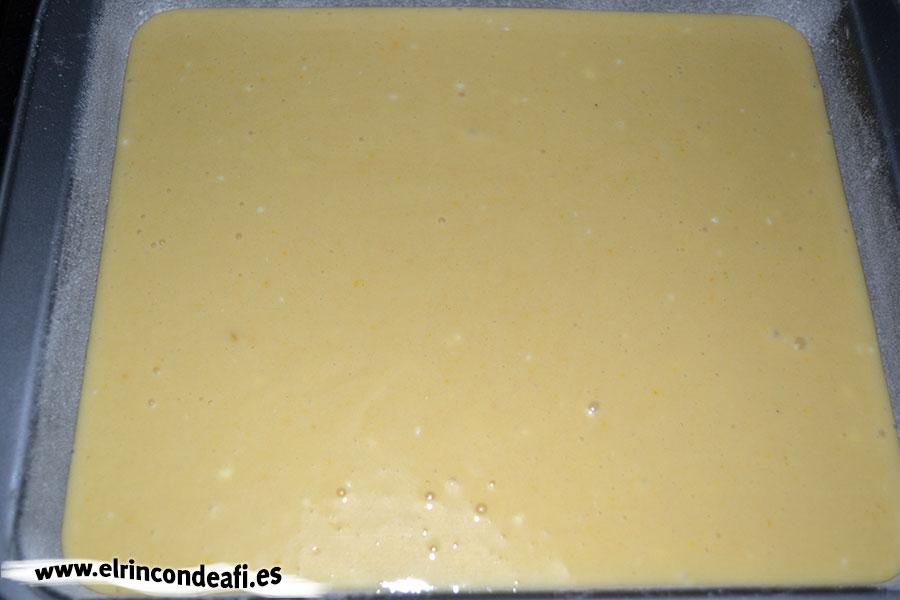 Bizcocho de yogurt 1,2,3, volcar la mezcla en el molde y hornear