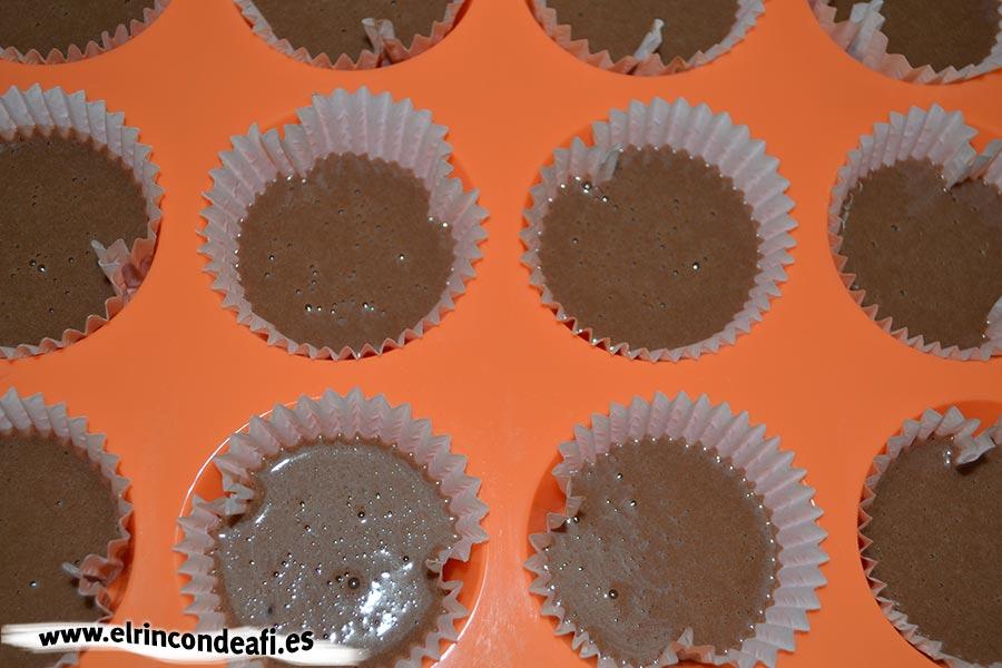 Cupcakes de chocolate, rellenar las capsulitas hasta la mitad con la mezcla