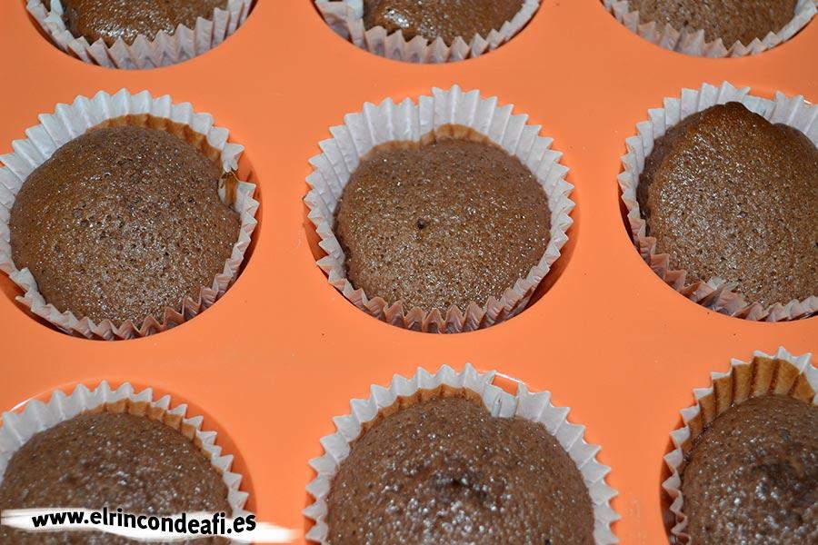 Cupcakes de chocolate, hornear las magdalenas