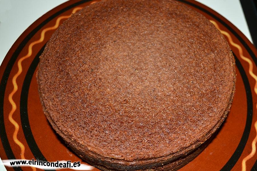 Fortaleza de chocolate, sacar el bizcocho del hordo, desmoldar y dejar enfriar