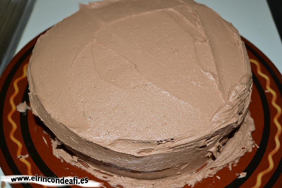 Fortaleza de chocolate, recubrir el bizcocho con el resto de la crema