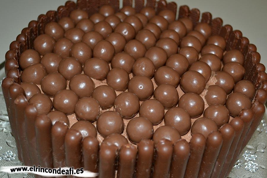Fortaleza de chocolate, decorar con palitos y bolitas de chocolate