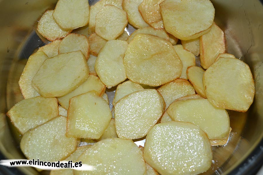 Sama frita con guarnición, freír unas papas cortadas en rodajas