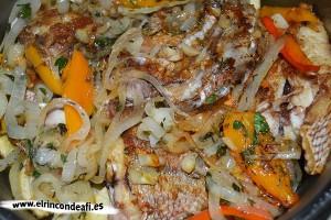 Sama frita con guarnición, añadir la fritura al pescado y las papas