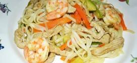 Tallarines con verduras, langostinos y cerdo al wok