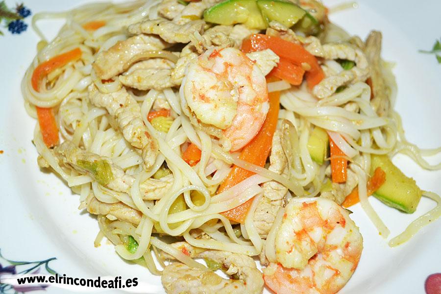 Tallarines con verduras, langostinos y cerdo al wok, sugerencia de presentación