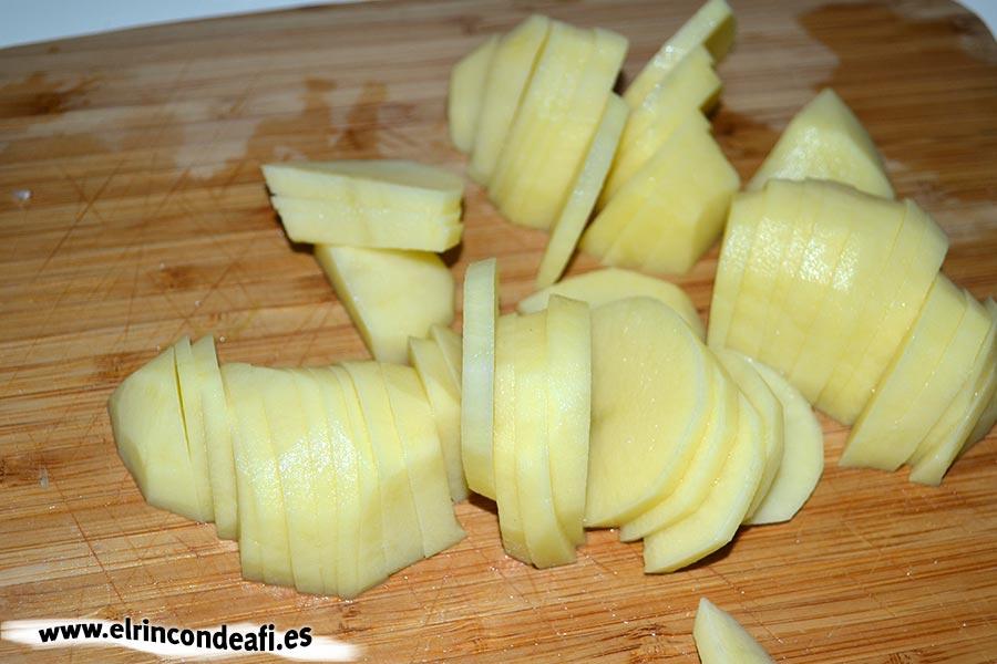 Crema de espárragos trigueros, laminar las papas