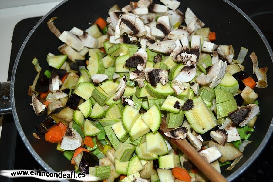 Lasaña de verduras, añadir los calabacines y champiñones