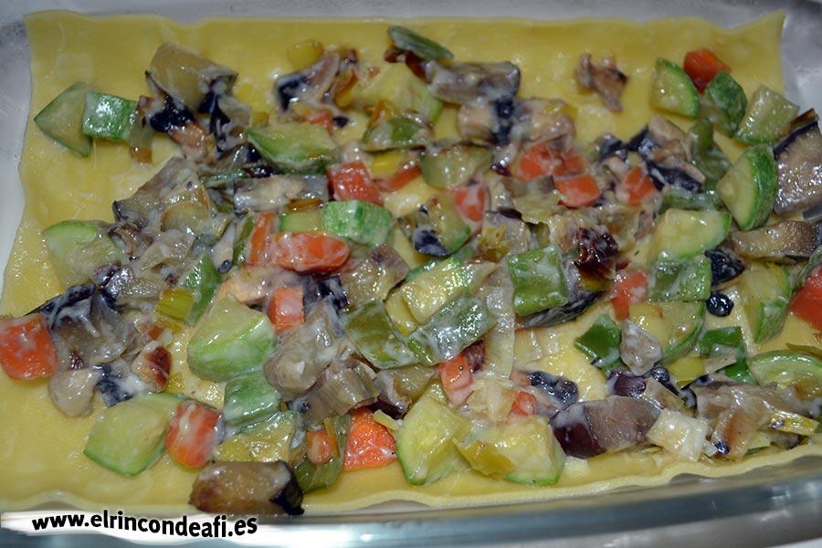 Lasaña de verduras, poner la capa de pasta, las verduras y una capa de bechamel