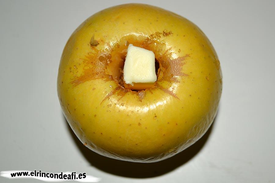 Manzanas asadas en microondas, poner una nuez de mantequilla en el agujero