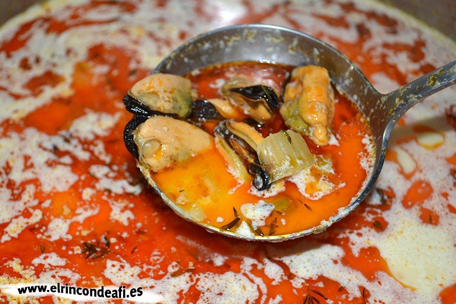Sopa de pescado Kajsa con hinojo, tomate y azafrán, añadir los mejillones