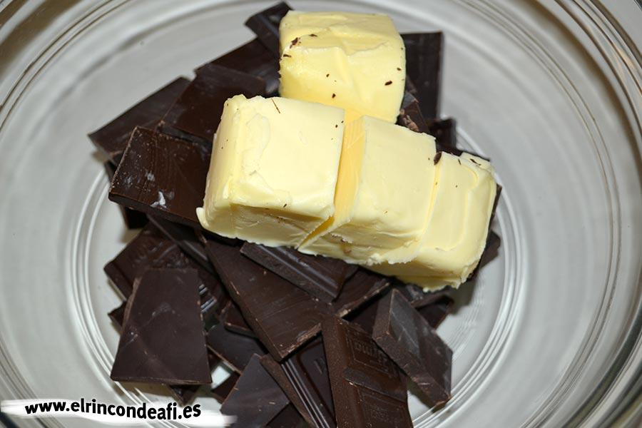 Tarta de chocolate cremosa, añadir el chocolate troceado