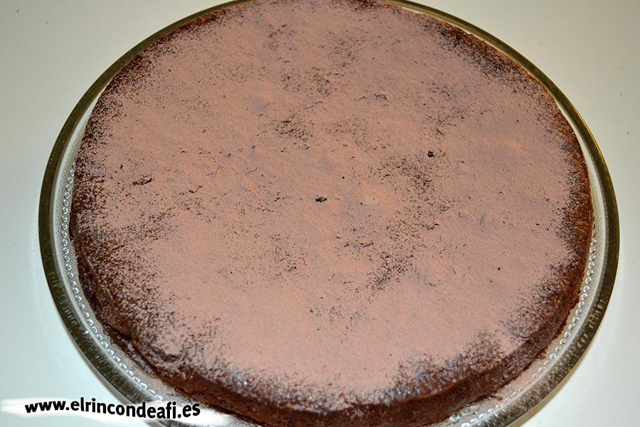 Tarta de chocolate cremosa, espolvorear con cacao tamizado