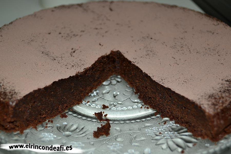 Tarta de chocolate cremosa, servir las porciones