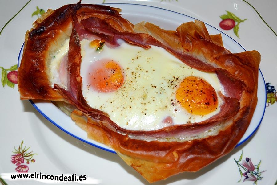 Tartaletas de huevos y bacon con queso, salpimentar