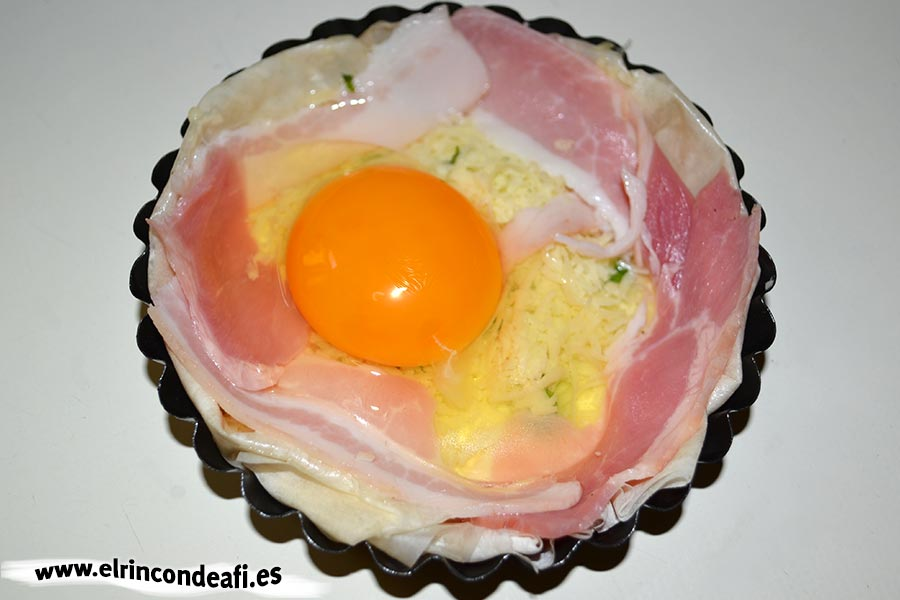 Tartaletas de huevos y bacon con queso, idea en tartaleta pequeña