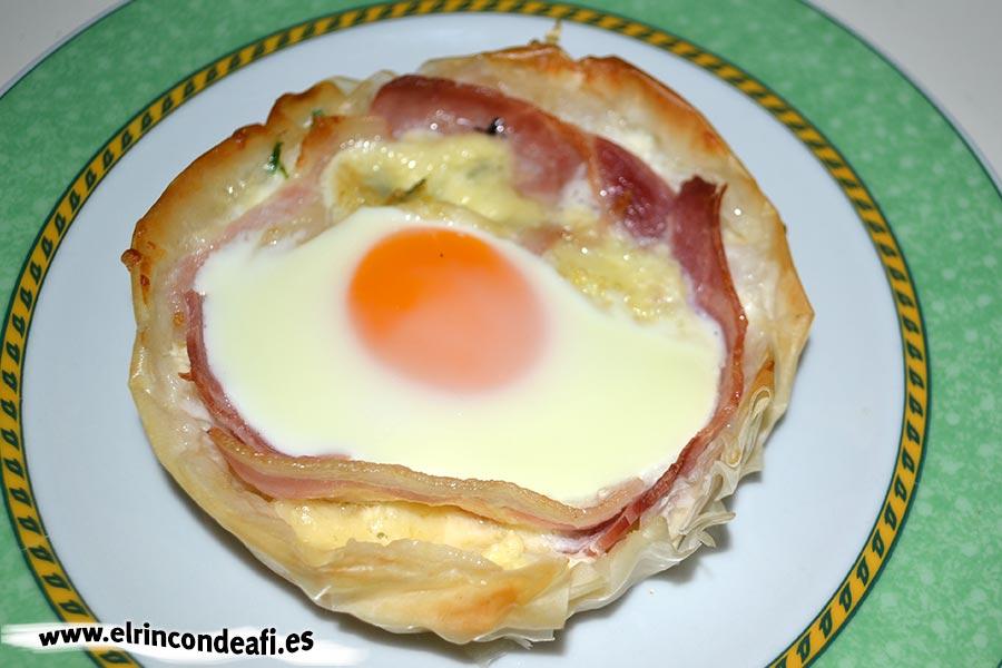 Tartaletas de huevos y bacon con queso, sugerencia de presentación