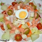 Ensalada de queso de cabra, pechuga de pavo y palitos de cangrejo con salsa rosa