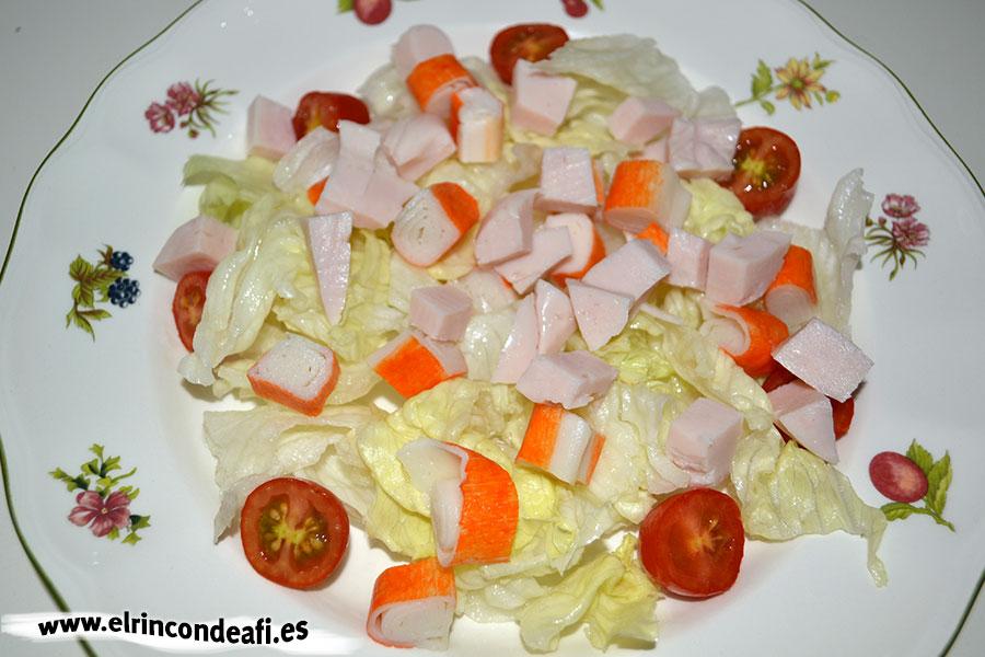 Ensalada de queso de cabra, pechuga de pavo y palitos de cangrejo con salsa rosa, añadirlos