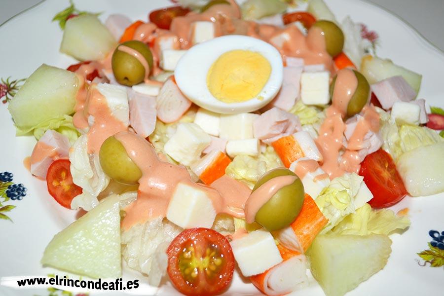 Ensalada de queso de cabra, pechuga de pavo y palitos de cangrejo, sugerencia de presentación