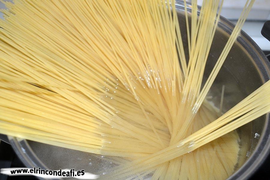 Espaguetis cuatro quesos, poner a cocer la pasta