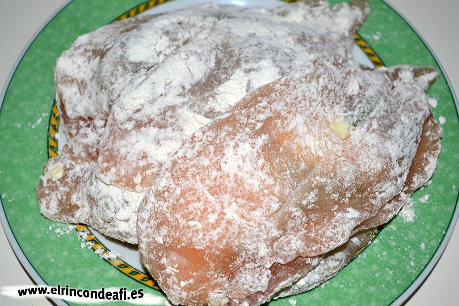 Pechugas rellenas de espárragos trigueros y queso, pasar por harina