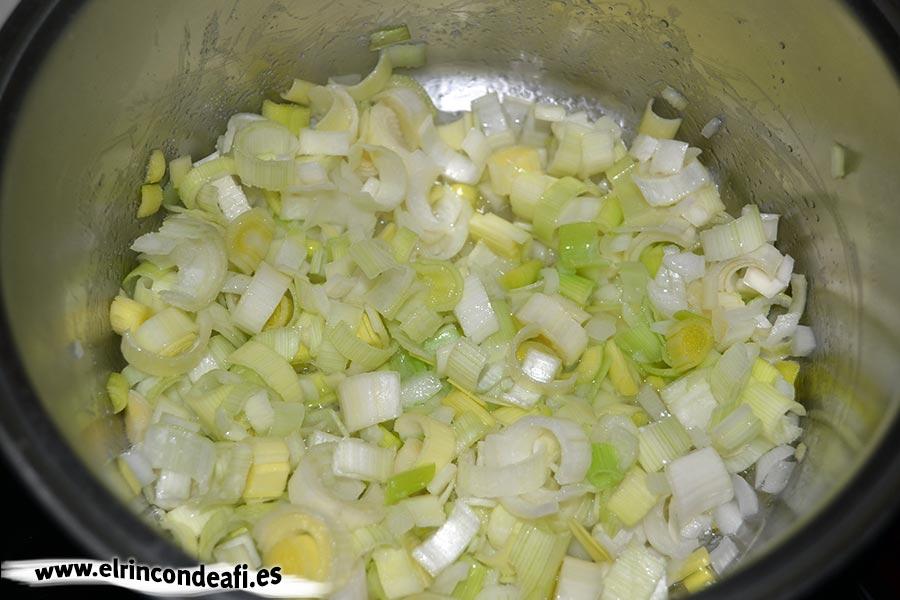 Porrusalda, rehogarlos con aceite de oliva