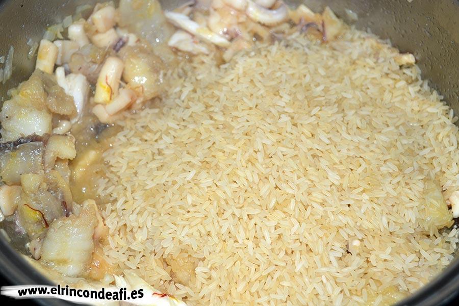 Arroz a la banda, añadir el arroz y el azafrán