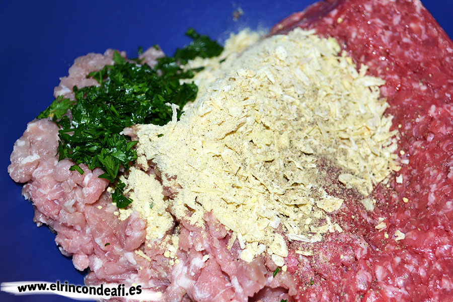 Enrollado de carne molida relleno de jamón y queso, añadir la sopa de cebolla, el perejil y pimienta