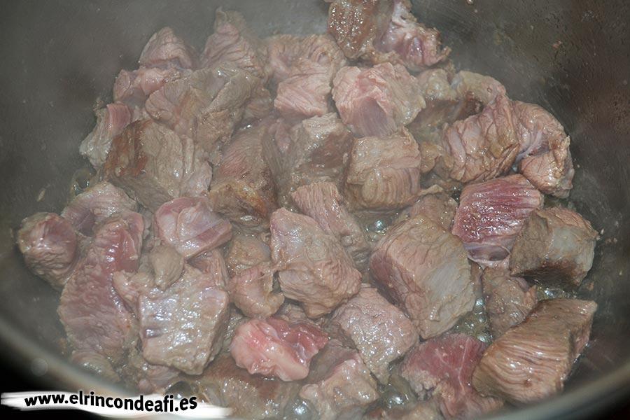 Guiso de ternera de aguja, dorar la carne