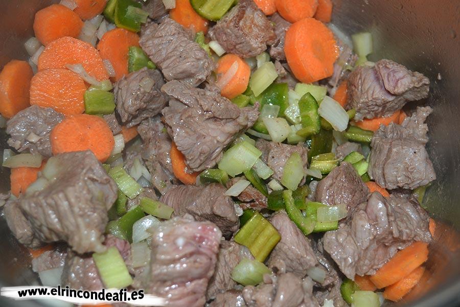Guiso de ternera de aguja, añadir a la carne y restantes verduras