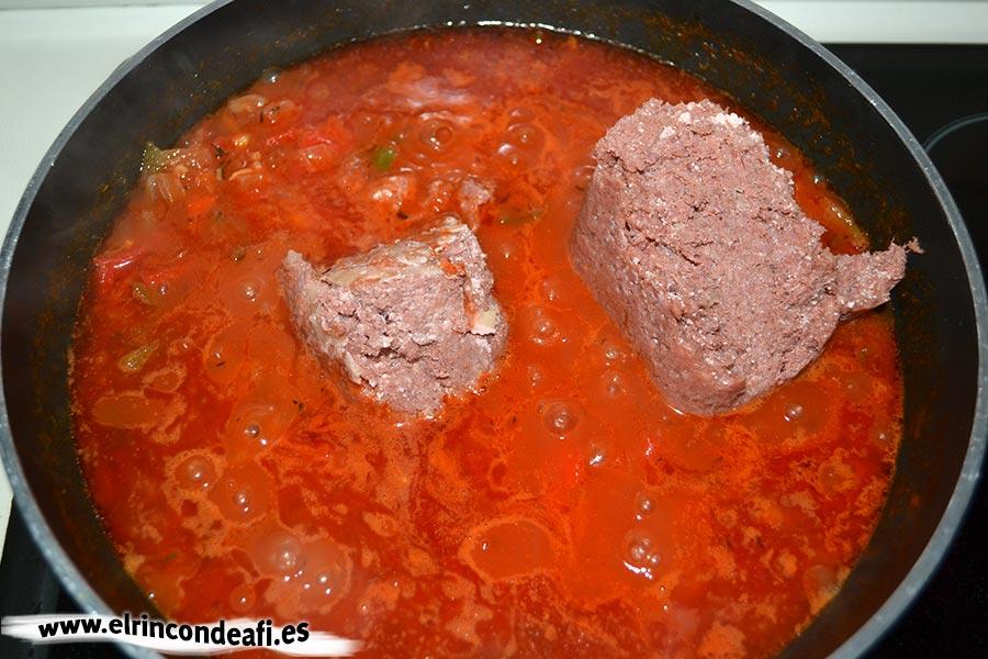 Habichuelas compuestas, añadir la carne de lata