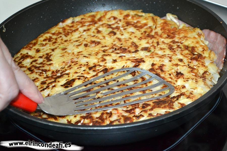 Okonomiyaki o pizza japonesa, dar la vuelta como si fuera una tortilla