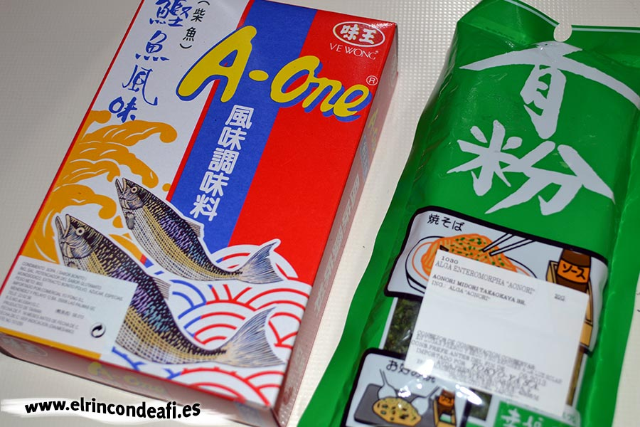 Okonomiyaki o pizza japonesa, algas deshidratadas en polvo (Aonori) y bonito deshidratado en polvo o escamas (Katsuobushi)