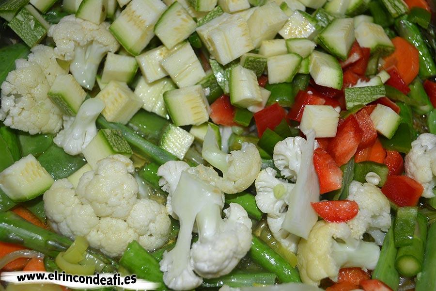 Pasta con verduras, añadir los pimientos y el calabacín troceados