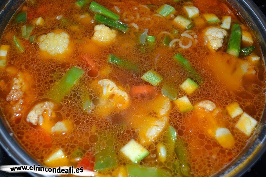 Pasta con verduras, añadir el caldo de verduras