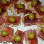 Tapa con jamón, queso brie y aceitunas