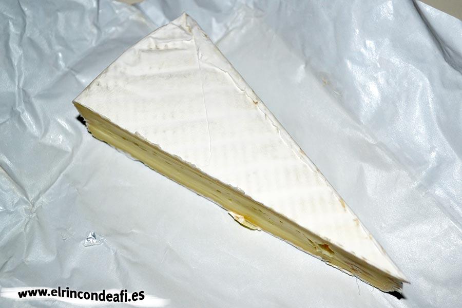 Tapa con jamón, queso brie y aceitunas, cuña de queso brie
