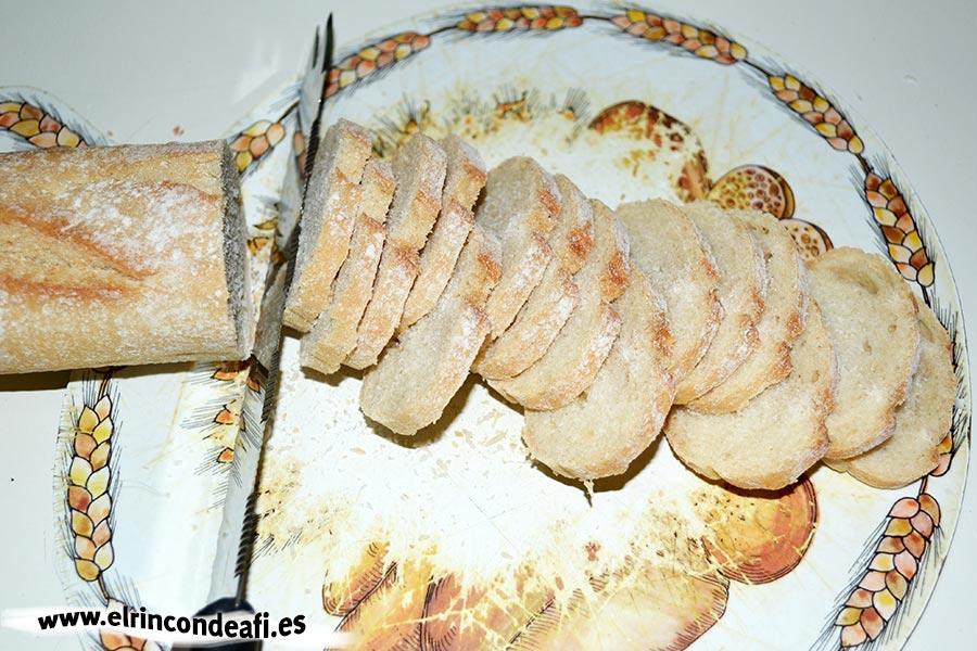 Tapa con jamón, queso brie y aceitunas, cortar pan en rebanaditas