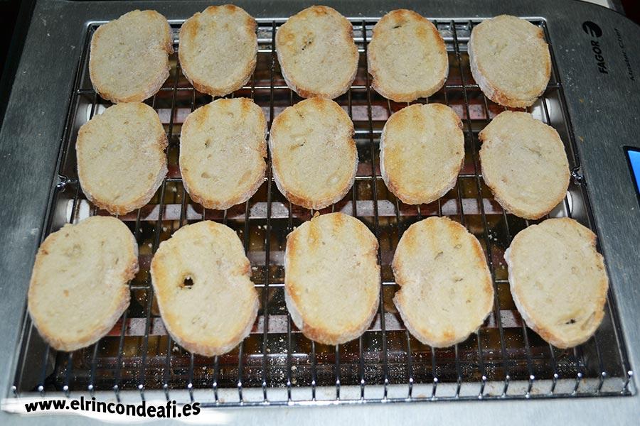 Tapa con jamón, queso brie y aceitunas, tostar el pan