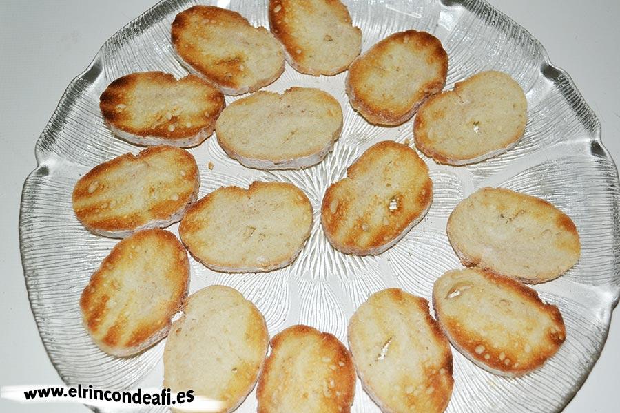 Tapa con jamón, queso brie y aceitunas, disponer el pan tostado
