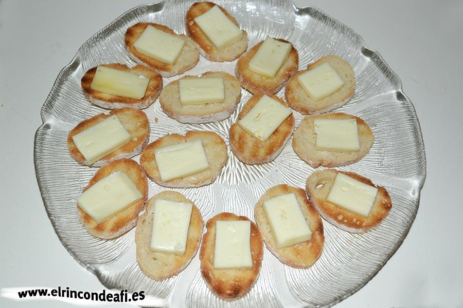 Tapa con jamón, queso brie y aceitunas, colocar una loncha de queso brie encima de cada rebanada
