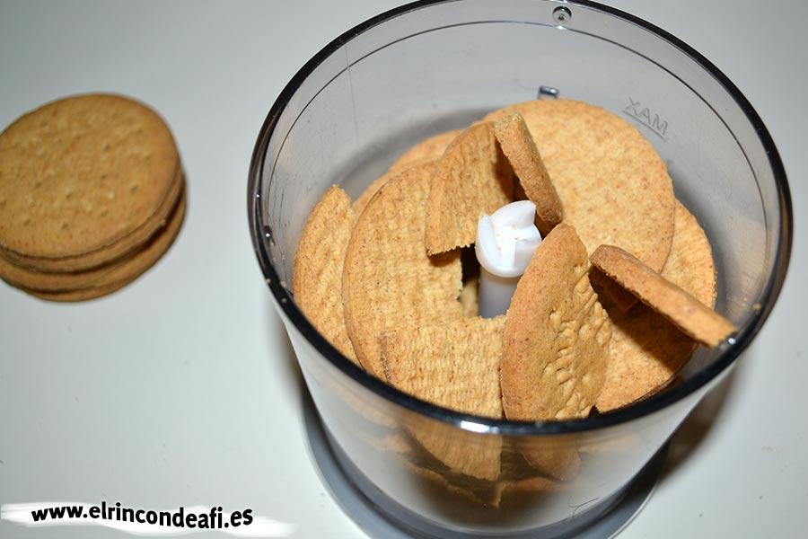 Tarta de Nocilla, queso Phidadelphia y avellanas, triturar las galletas