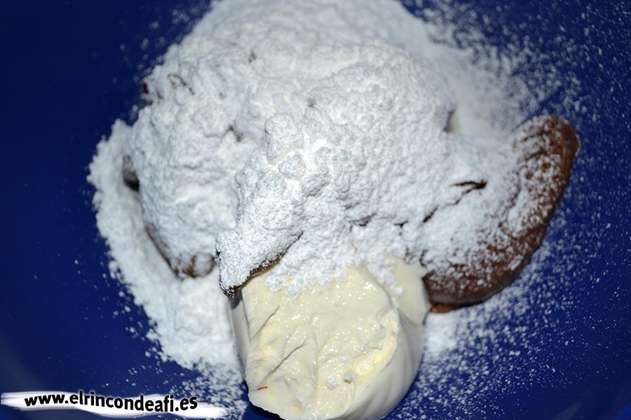 Tarta de Nocilla, queso Phidadelphia y avellanas, añadir el azúcar glass