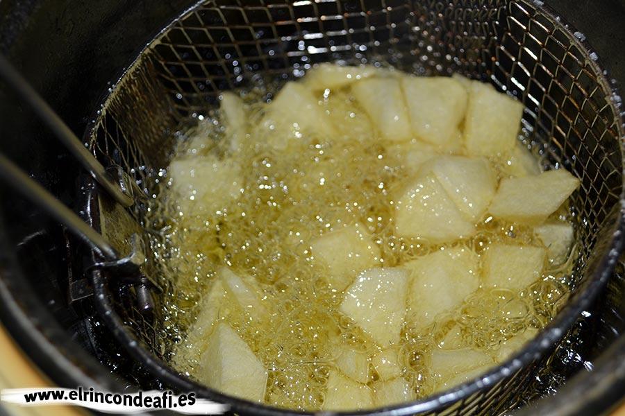 Tortilla de espárragos trigueros y champiñones, freír las papas en cuadraditos