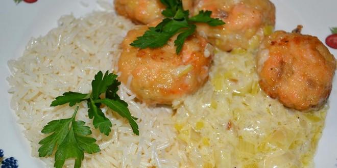 Albóndigas de salmón con langostinos y salsa de puerros