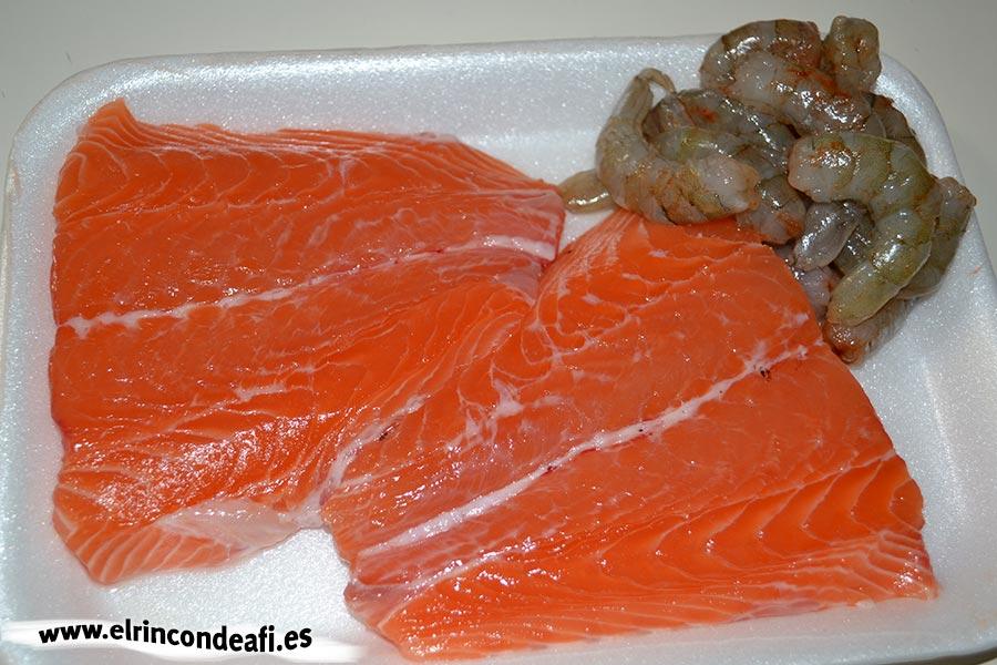 Albóndigas de salmón con langostinos y salsa de puerros, salmón y langostinos pelados