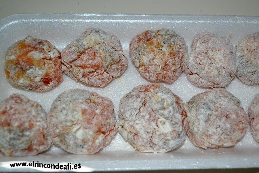 Albóndigas de salmón con langostinos y salsa de puerros, pasar por harina y reservar
