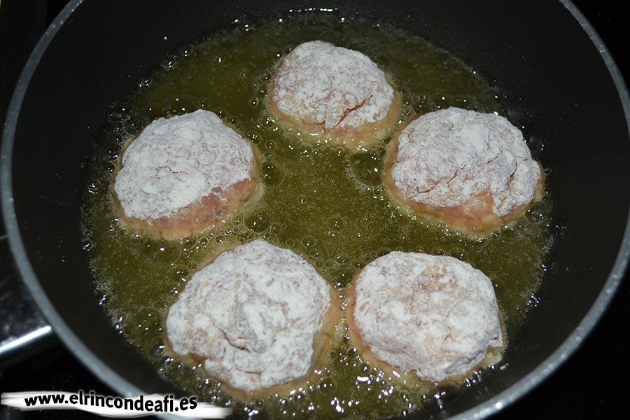 Albóndigas de salmón con langostinos y salsa de puerros, freír las albóndigas