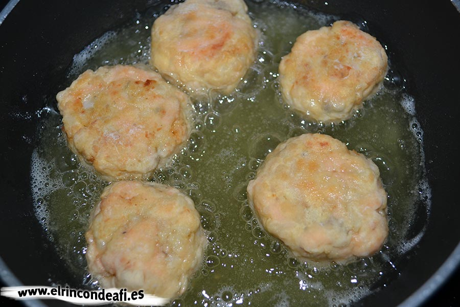 Albóndigas de salmón con langostinos y salsa de puerros, cocer hasta que tengan un tono rosadito